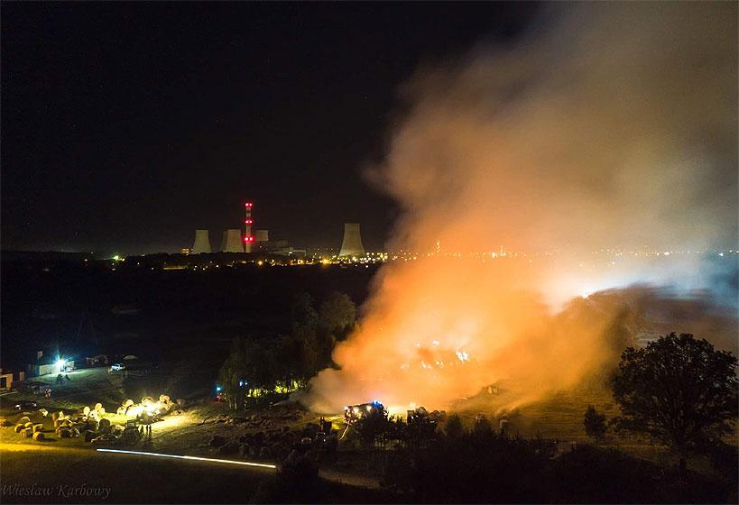 Wideo: Pożar w Pęcherzewie. Na miejscu liczne siły i środki z terenu Powiatu Tureckiego.