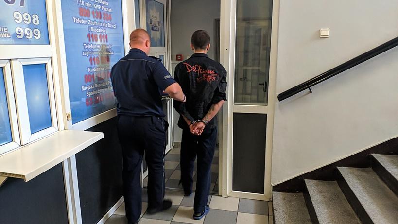 Sklepowy złodziej w rękach turkowskich policjantów - źródło: KPP Turek