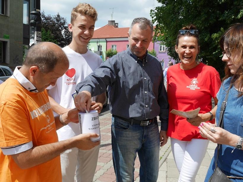 Wspólnymi siłami można wiele - ponad 3 tysiące złotych zebranych podczas niedzielnej akcji ?Busik dla WTZ? - foto: JM