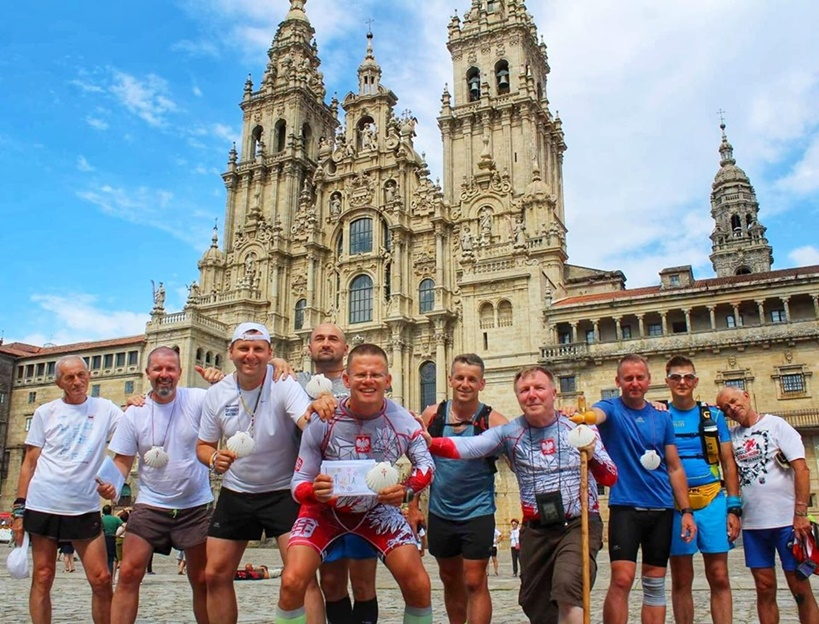 Biegowi pielgrzymi dotarli do celu! Przebiegli 280 km do Grobu św. Jakuba w Hiszpanii - źródło: 300km Bliżej Nieba Camino Biegiem Dla Alicji
