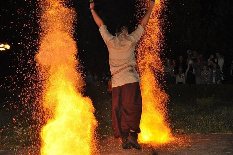 Za nami warsztaty i spektakl ogniowy, a przed nami kolejne atrakcje - Festiwal Ognia i Żonglerki trwa w najlepsze - źródło: Miejski Dom Kultury w Turku