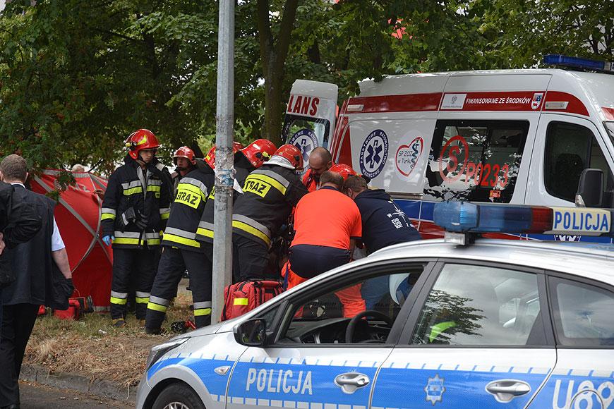 Wideo: Potrącenie kobiety na Wyszyńskiego. Poszkodowaną spod pojazdu wydobyli strażacy i przechodnie.