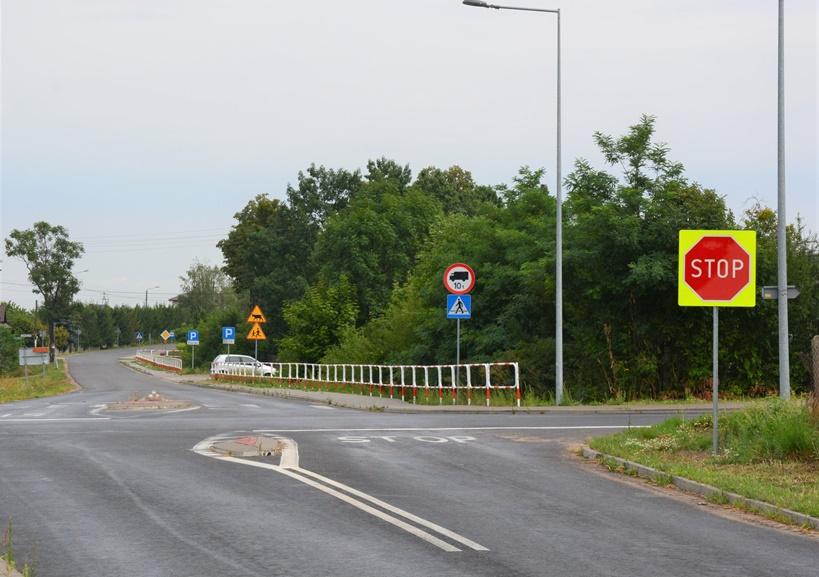 Skrzyżowanie w Piętnie z dodatkowymi, bardziej widocznymi znakami - źródło: Zarząd Dróg Powiatowych w Turku