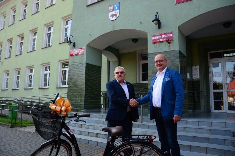 Najpopularniejszy sołtys powiatu tureckiego otrzymał wspaniałą nagrodę z rąk starosty.  - Źródło: Powiat Turecki