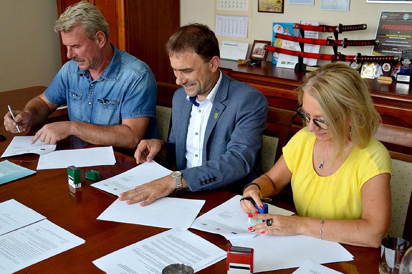 Umowa na budowę świetlicy wiejskiej w Celestynach podpisana - Foto: UG Malanów