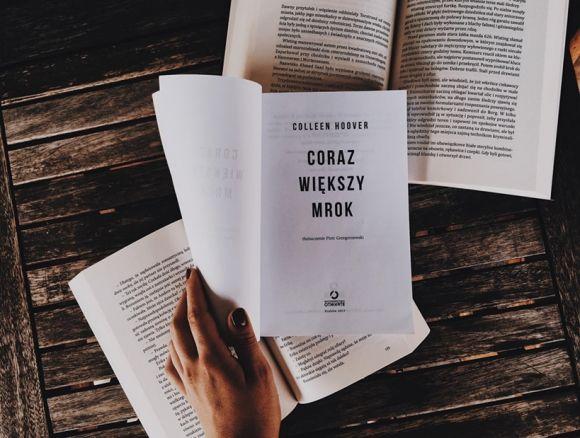 Czas na książkę: Coraz większy mrok - lektura dla tych, którzy...