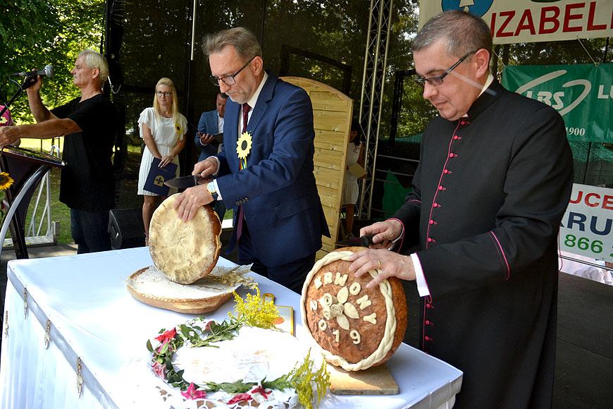 Tradycyjnie i z rozmachem dożynkowe święto w gminie Brudzew. Dziękowali za plony i raczyli się swojskim jadłem. - foto: MS