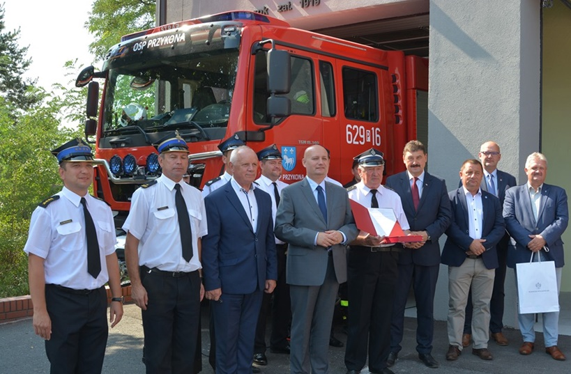 Umowa na nowy wóz strażacki dla OSP Przykona oficjalnie wręczona - źródło: Powiat Turecki