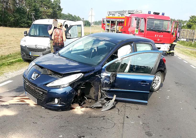 Po 15-tej wypadki osobówek w Feliksowie i Wielopolu.Trzy osoby poszkodowane. Drogi zablokowane.  - wypadek Feliksów / foto: Nadesłane przez czytelnika