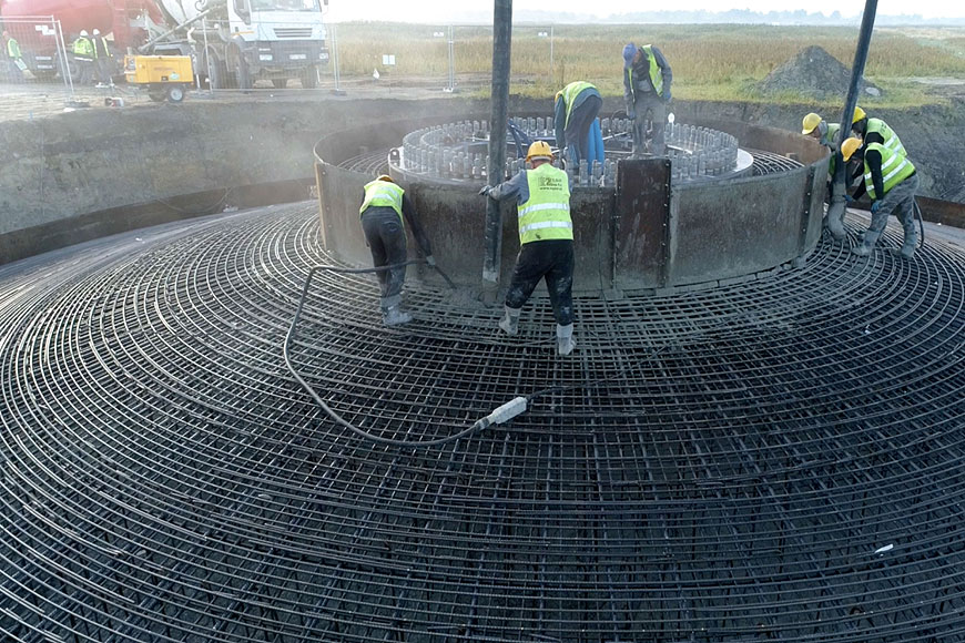 Wideo: Trwa budowa farmy wiatrowej w Przykonie przez Energę - foto: Energa