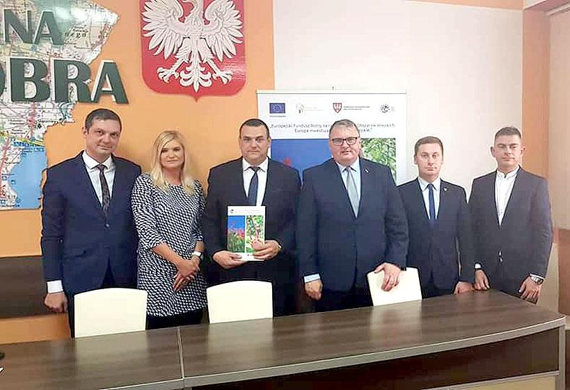 Umowa podpisana. Wkrótce przebudowa drogi Dobra - Długa Wieś. - foto Gmina Dobra