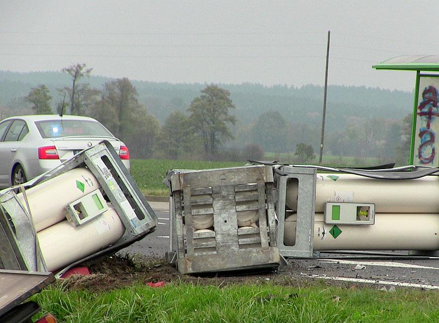 Wideo: Peugeot uderzył w transport sprężonego azotu. Wypadek na DW470 pod Brudzyniem