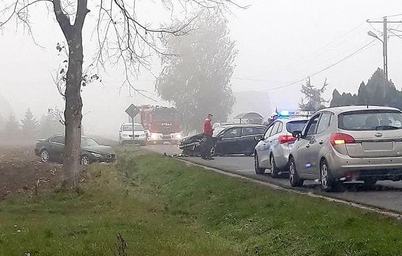 Gm. Brudzew: Zderzenie trzech aut na drodze Kolnica-Galew. Trzy osoby poszkodowane. - foto: Nadesłane przez czytelnika