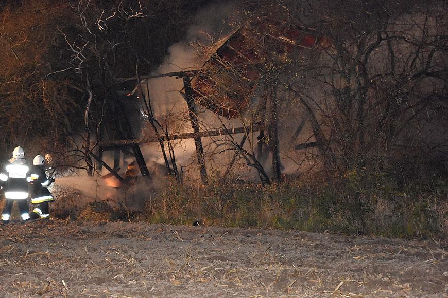 Pożar drewnianej szopy w Przykonie. W akcji brało udział 5 jednostek straży pożarnej.