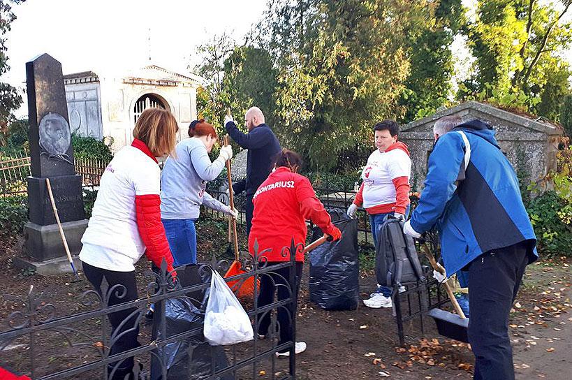 Wolontariusze posprzatali zapomniane groby i zapalą znicze w ramach Akcji Znicz