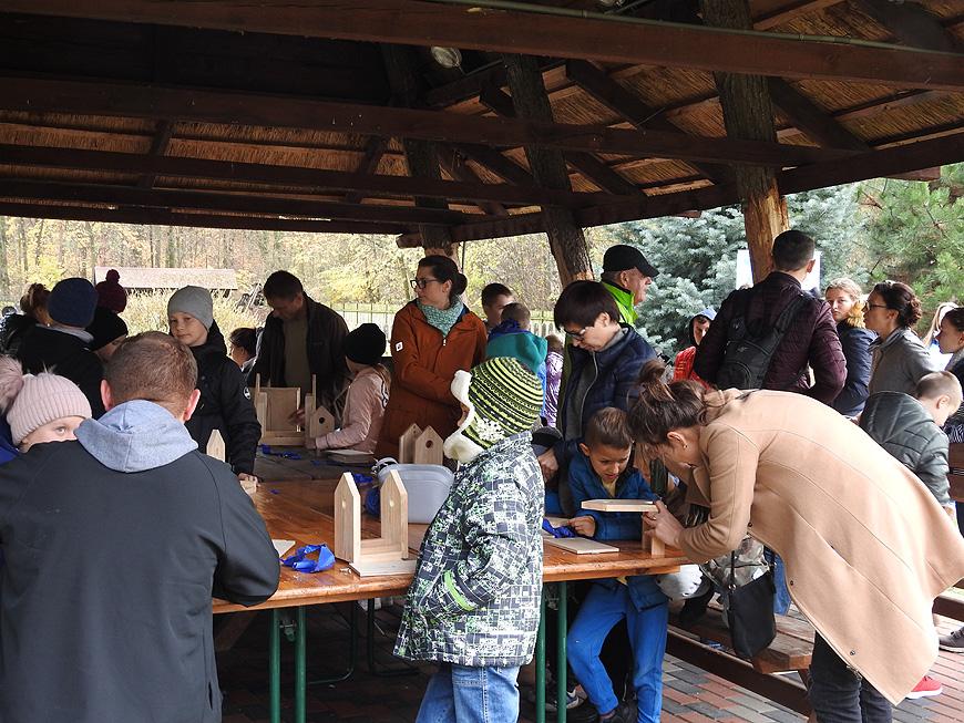Warsztaty z budowania karmników przyciągnęły tłumy dzieci.