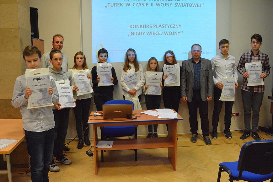 Uczniowie turkowskich szkół nagrodzeni w bibliotece.