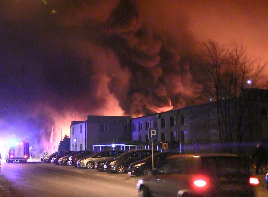 Wideo: Nocny pożar w PROFIm strawił doszczętnie 5 oddziałów. Na miejscu jednostki straży z całego powiatu.