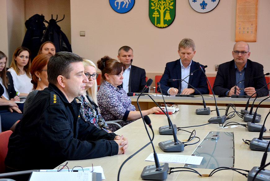 Posiedzenie Powiatowego Zespołu Zarządzania Kryzysowego w związku z pożarem w PROFIm - foto: Powiat Turek