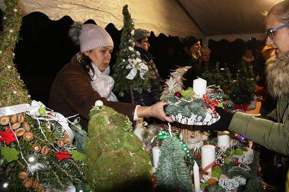 Tłumy mieszkańców na Jarmarku Bożonarodzeniowym...
