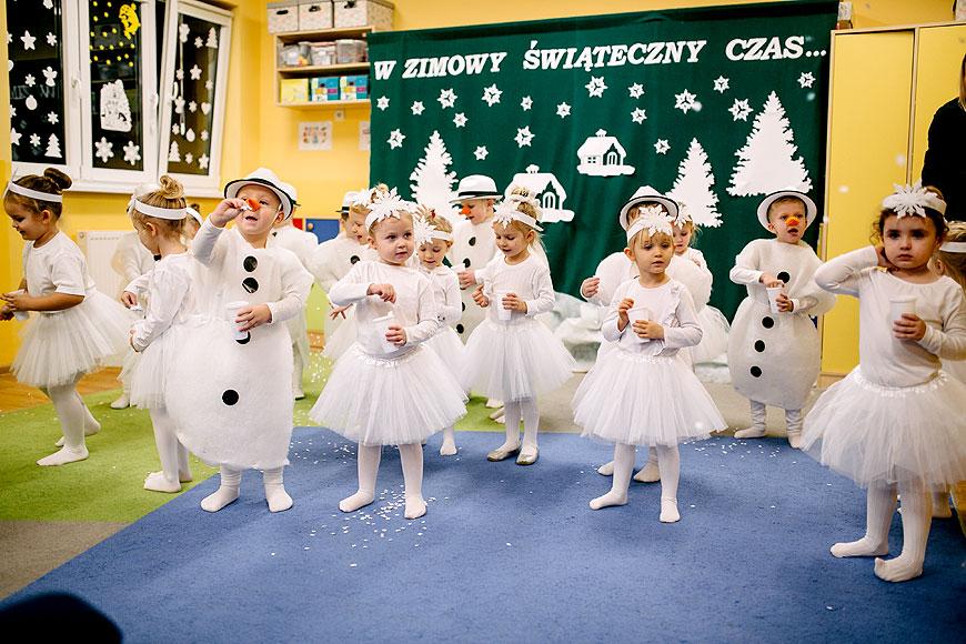 Przedstawienie zimowe dzieci z oddziału przedszkolnego przy SP w Wyszynie
