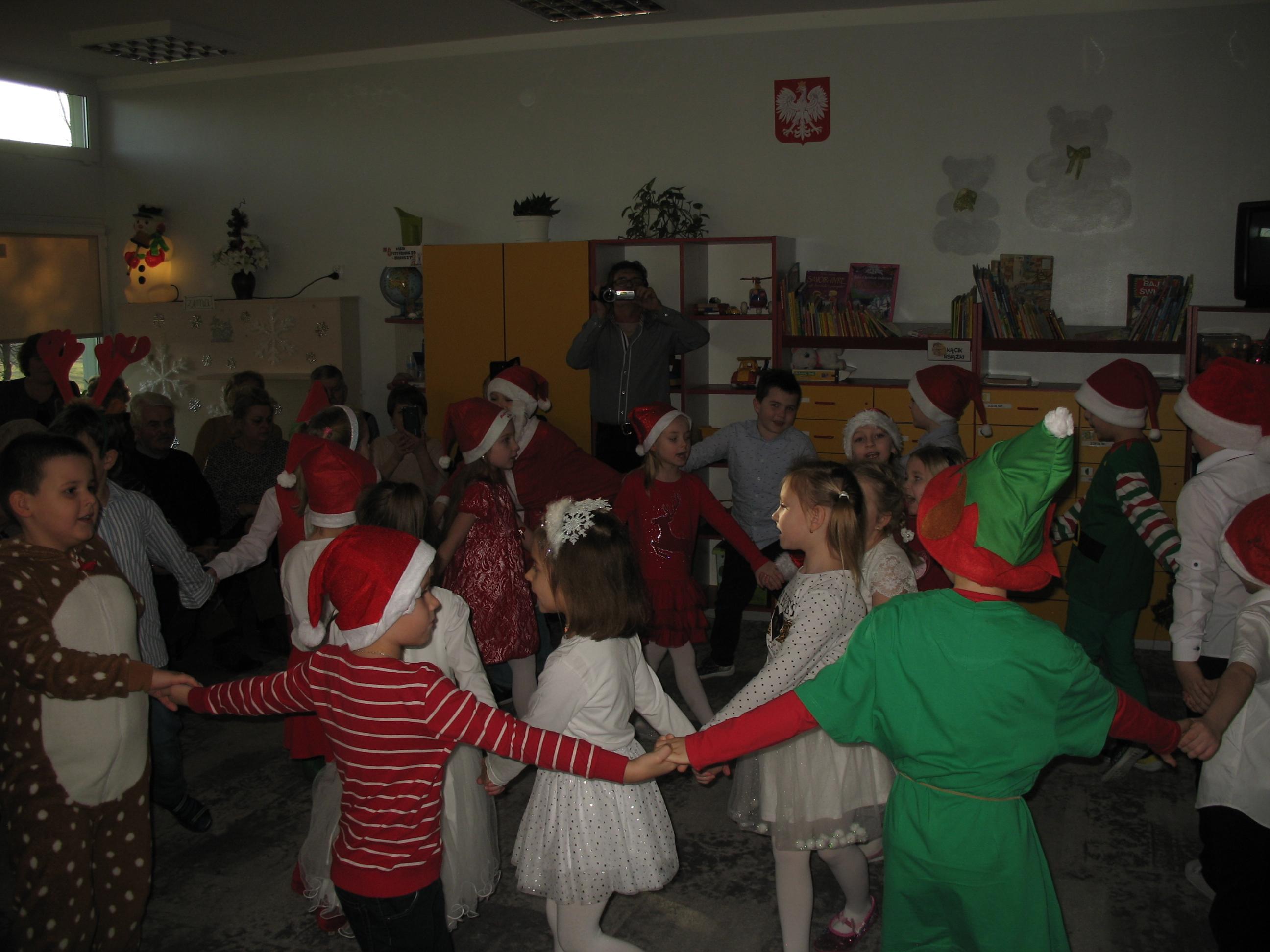 Przedszkolaki z przedstawieniem dla swoich babci i dziadków.