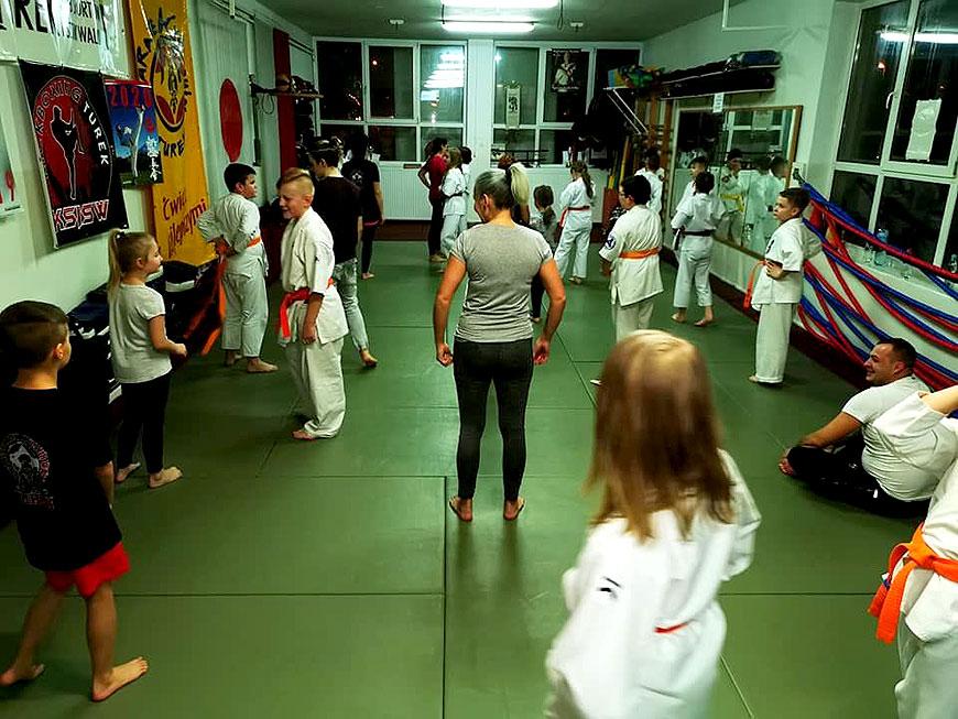 Rodzice i karatecy trenowali razem w Klubie Sportów i Sztuk Walk w Turku