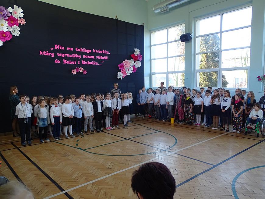 Uczniowie przygotowali przedstawienie dla babci i dziadków. - foto: SP w Malanowie