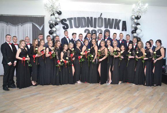 Uczniowie ZSR polonezem na 18 par rozpoczęli...