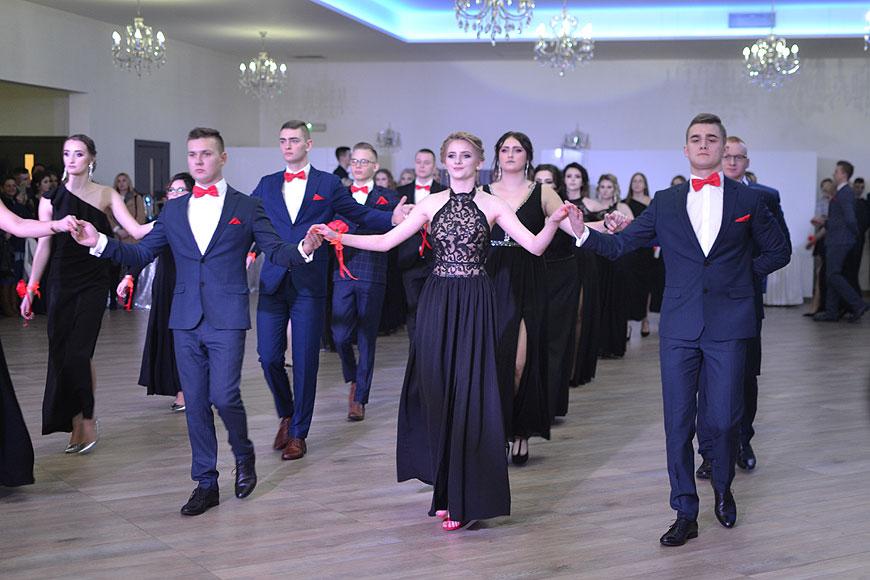 Wideo: Przepiękny polonez młodzieży z ZSR urzekł rodziców i nauczycieli