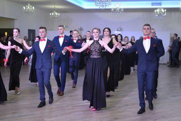 Wideo: Przepiękny polonez młodzieży z ZSR...