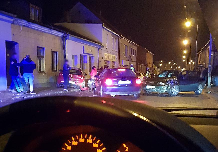 Nocny karambol na Kolskiej. Kierowcy trzeźwi, uszkodzone 4 pojazdy i... kosz - fot. Nadesłane przez czytelnika