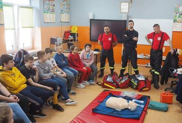 Druhowie OSP w Kunach przekazali wiedzę uczniom.