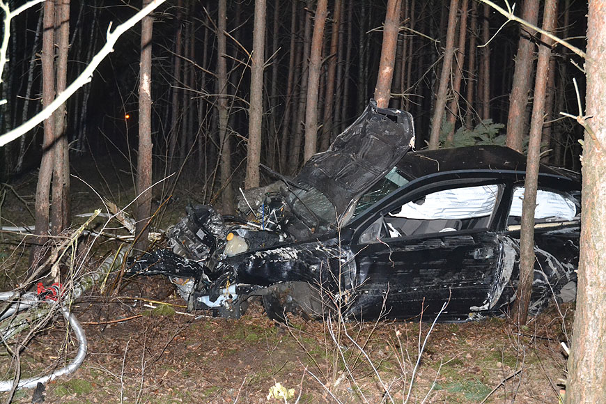 Wypadek na trasie Wrząca-Piętno. Opel Astra wypadł z drogi i zapalił się.