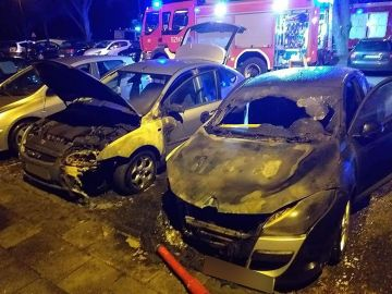 Nocny pożar dwóch samochodów na Wyzwolenia 2