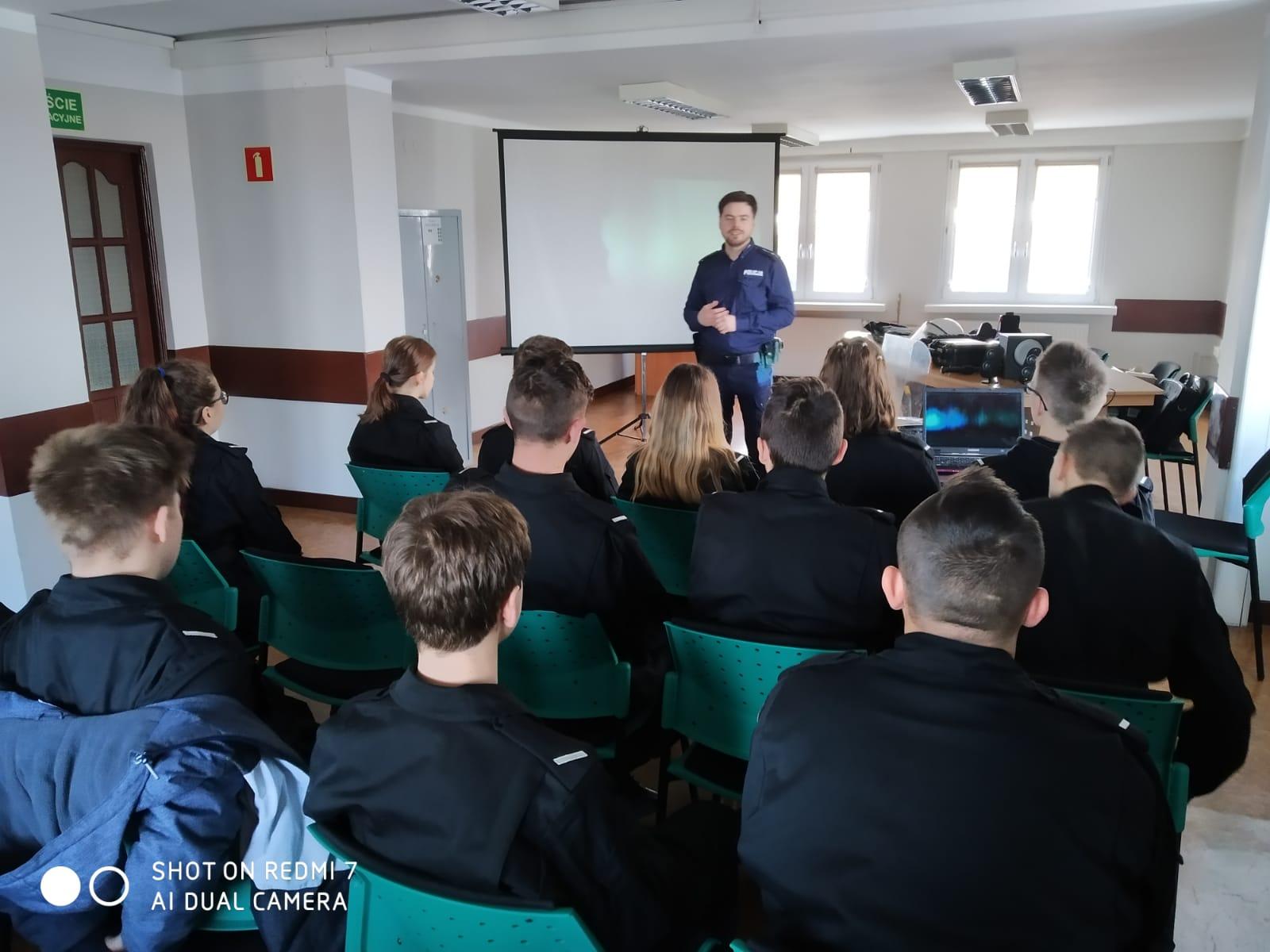 Uczniowie ZSR i SP5 na nietypowej lekcji w KPP Turek - fot. KPP Turek