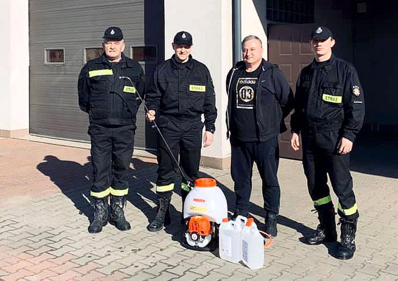 Druhowie z OSP Władysławów rozpoczynają dezynfekcję miejsc publicznych w gminie - fot. OSP Władysławów