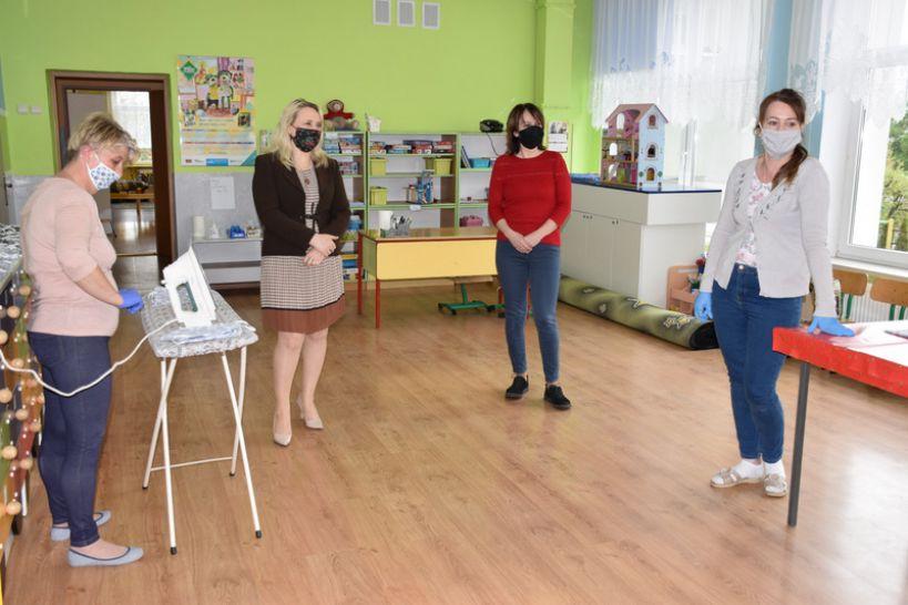 Władysławów: Maseczki dla mieszkańców powstają w... przedszkolu
