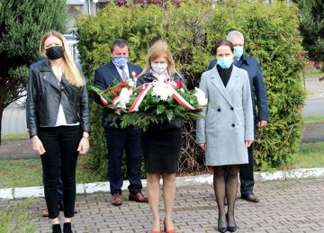Przykona: Złożyli kwiaty by uczcić 229 rocznicę Konstytucji 3 Maja. Orkiestra zagrała online.