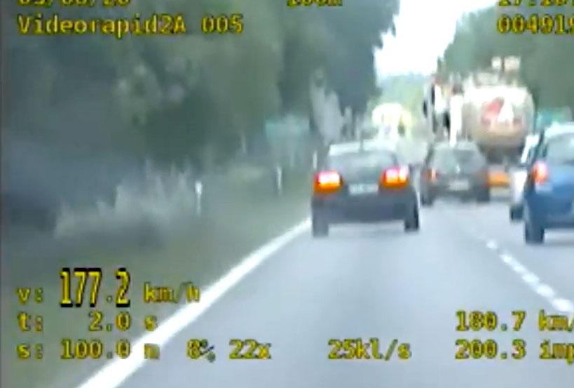 Wideo: 21-latek z zakazem jechał 177 km/h i wyprzedzał na przejściu dla pieszych