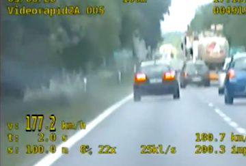 Wideo: 21-latek z zakazem jechał 177 km/h i...