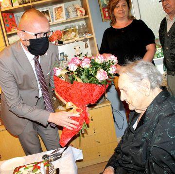 Życzenia na okrągłe 100-lat Pani Frydy. - fot. UM Turek