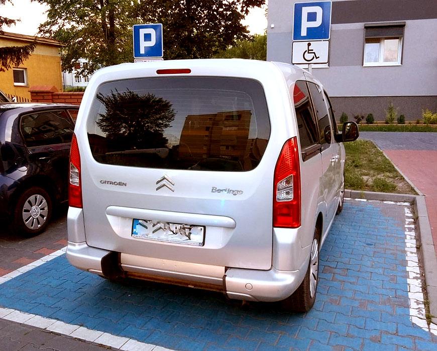 Parkował na miejscach dla niepełnosprawnych bez własnej karty parkingowej - fot. KPP Turek