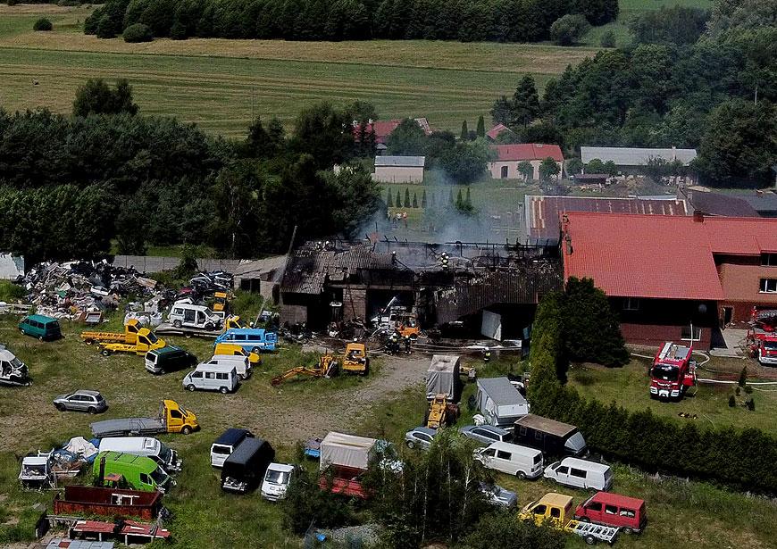 Wideo: Pożar lakierni i magazynu w Dobrej. W akcji gaśniczej 22 zastępy straży.