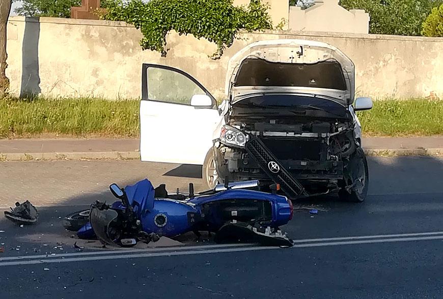 Zderzenie motocykla z toyotą przy cmentarzu. Motocyklista przewieziony do szpitala. - fot. nadesłane przez Czytelnika