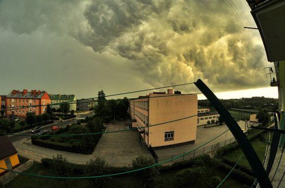 IMGW ostrzega przez burzami z silnym wiatrem w powiecie popołudniu...