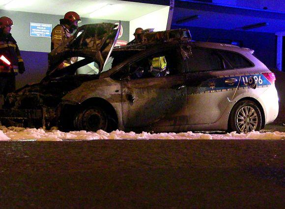 Miasto Turek: Wideo: Policyjny radiowóz spłonął pod komendą policji w Turku....