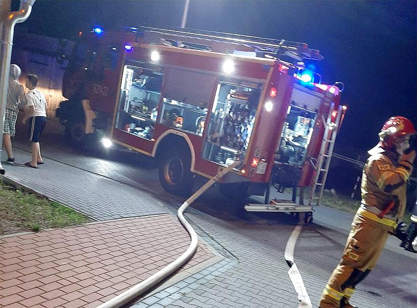 Pożar baraku przy Sportowej. Spłonął sufit i dach - fot. OSP Turek