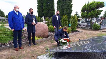 Złożyli kwiaty przed pomnikiem na cmentarzu....