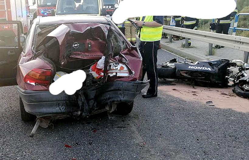 Wypadek na zaporze: Jechał na jednym kole z nadmierną prędkością. Śledczy ustalają przyczyny wypadku. - fot. OSP Dobra
